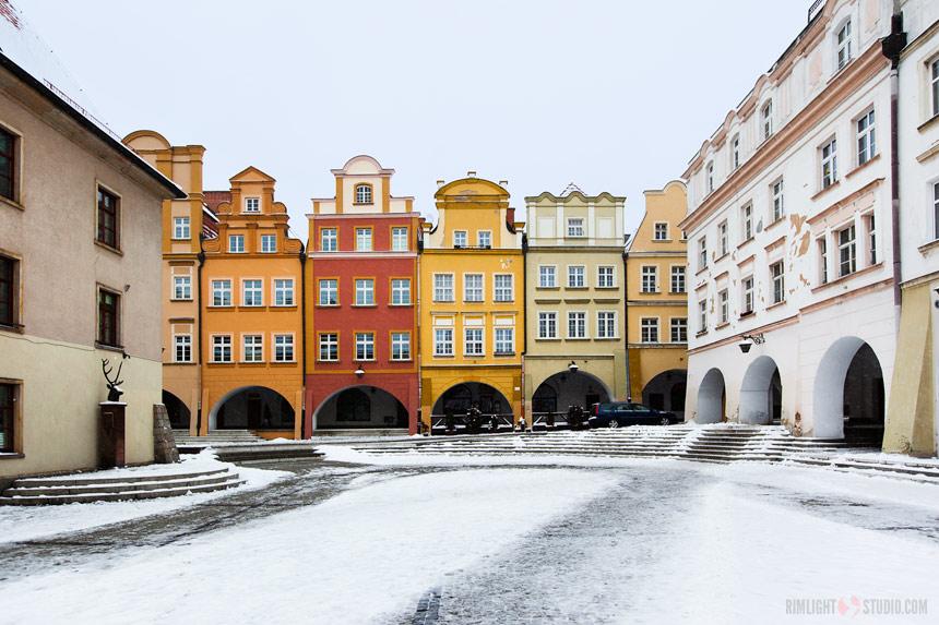 Каменные дома с аркадами на площади Рынок