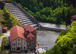 Zapora Pilchowicka - elektrownia u podnóża zapory na Bobrze.