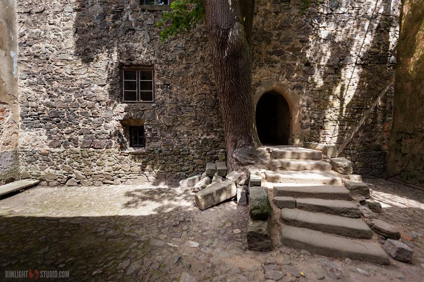 Wejście do rycerskiej wieży mieszkalnej