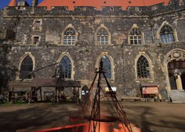Na dziedzińcu zamku można tak jak w dawnych czasach rozpalić ognisko. W trakcie zjazdu rycerstwa z całej Polski robi się naprawdę średniowiecznie.