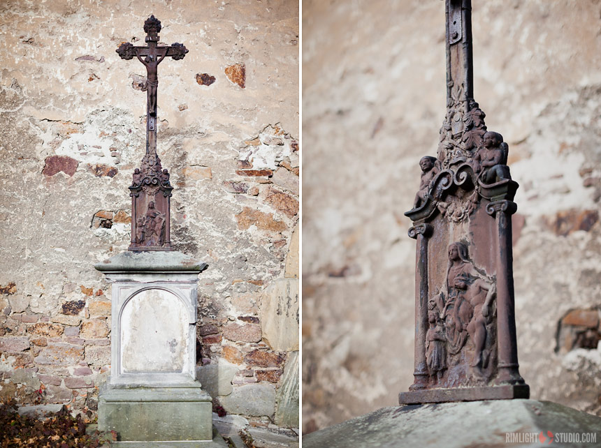 Zabytkowy krucyfiks przed zabytkowym kościołem w Świerzawie.