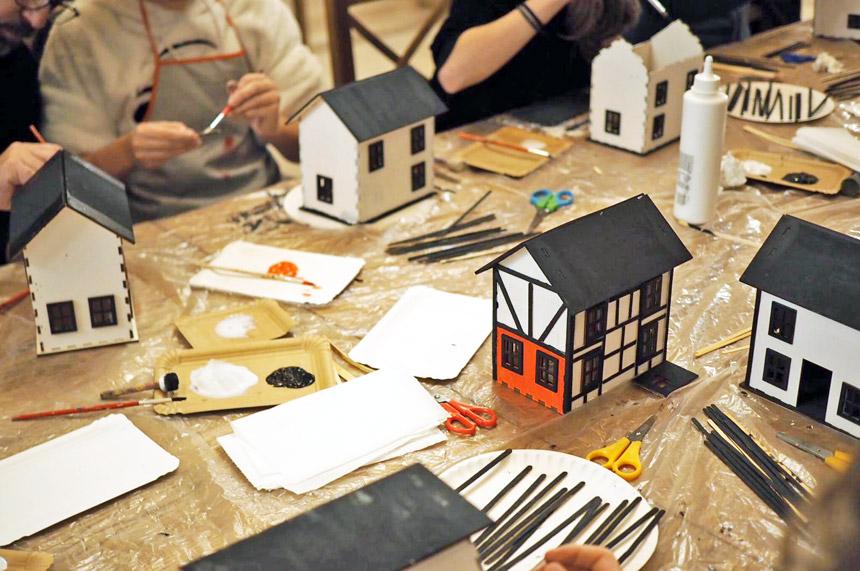 Warsztaty budowania domków z drewna.